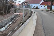 Ve Skalici nad Svitavou práce na rekostrukci průjezdu obcí pokračují, dokončeny mají být do konce března 2016.