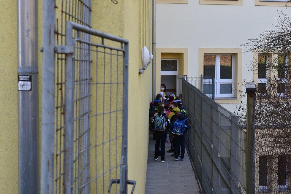 Budík, snídaně, tašku na záda a hurá do školy. Před základní školou v adamovské ulici Ronovská bylo v pondělí ráno po několika měsících zase živo. Část dětí z prvního stupně tam opět po pauze kvůli epidemii koronaviru usedla do lavic.