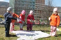 Děti před blanenskou galerií tvořily výzdobu pro velikonoční výstavu.