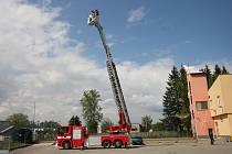 Koš s posádkou dokáže vysunout až do výšky čtyřiceti metrů. Blanenští profesionální hasiči mají ve svém arzenálu novou techniku.