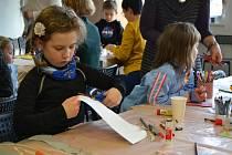 Výtvarná dílna provedla děti historií.