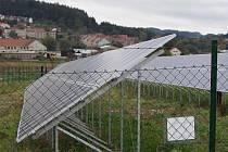 Panely fotovoltaické elektrárny pokrývají plochu při vjezdu do Velkých Opatovic od Boskovic.