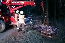 Při nehodě u Rudic se zranili tři lidé. Hyundai z příkopu vyprostila speciální technika.