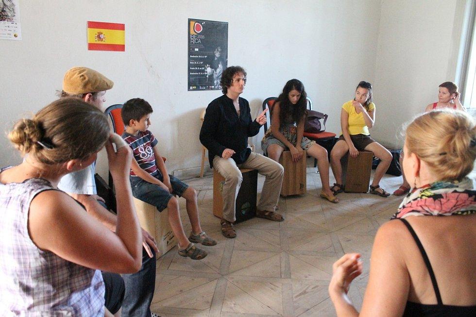 V boskovickém Zámeckém skleníku pilovali fanoušci španělské kultury tradiční tance. V pátek dopoledne prostory skleníku ovládla lektorka Virginia Delgado. Učila tanec s bata de cola. Na zámku se zase hrálo na kytary a cajón.