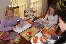 V devíti letech umí šít na stroji, ráda poslouchá klasickou hudbu a učení ji baví. Přitom nikdy nechodila do školy. Elen Bačovskou z Kunic učí doma čtvrtým rokem její matka Marta Bačovská.