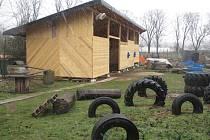 Blanenští biketrialisté budují trial park na Sportovním ostrově Ludvíka Daňka. Dřevěnou halu však staví bez povolení.