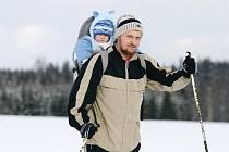 K vyjížďce na běžkách vylákalo slunečné počasí řadu lidí na okruh po golfovém hřišti v Kořenci a také poblíž Suchého.