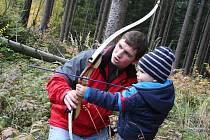Outdoorový závod zdolávali děti i dospěláci v lese nad blanenskou přehradou.