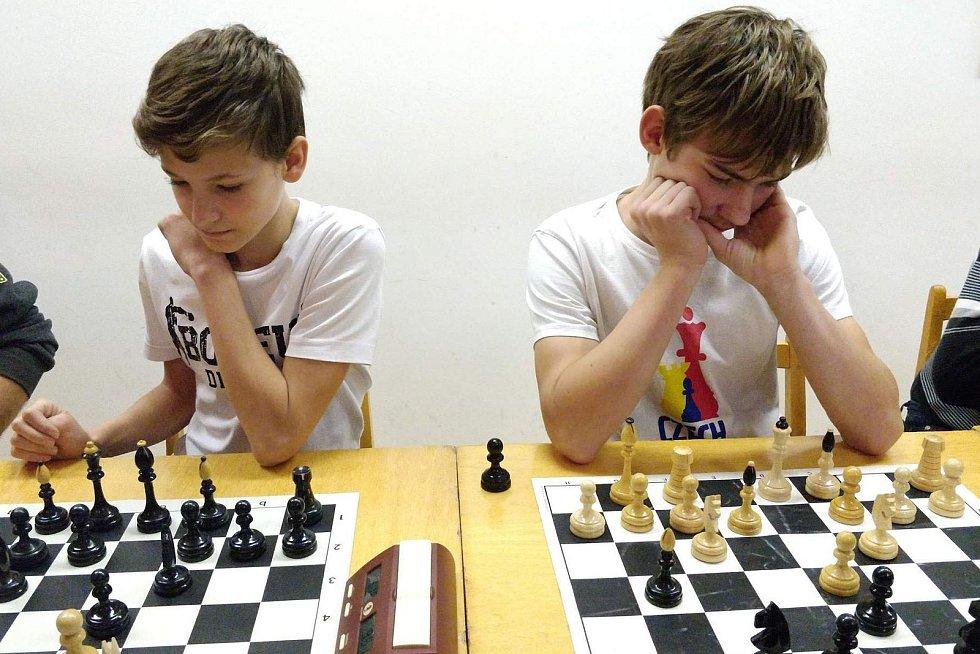 V Hodonicích pořádali netradiční spojený turnaj v šachách a stolním tenise - Šach-Pink
