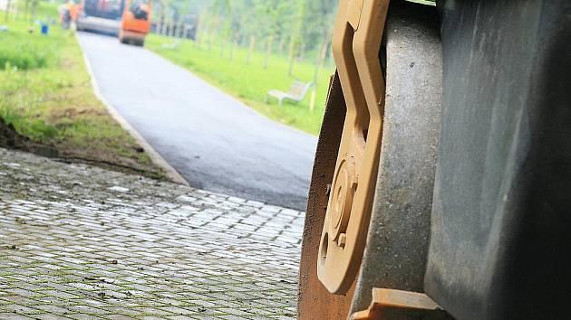 Dělníci v těchto dnech dokončují další část cyklostezky v Blansku okolo řeky Svitavy.