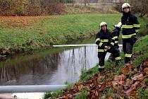 Neznámá ropná látka znečistila ve středu ráno několikasetmetrový úsek řeky Svitavy v Letovicích.