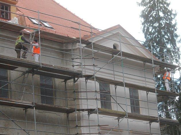 Borotínský zámek. Prozatím jsou kompletně vyměněna okna, zčásti hotové nové střechy a fasády.