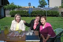 Sedmašedesátiletá Anna Odehnalová z Šebetova (na snímku vpravo ve fialovém svetru) zvítězila v projektu Dobrá duše, který oceňuje aktivní dobrovolníky v důchodovém věku.