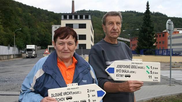 Manželé Helena a Eduard Kokrdovi z Adamova pečují o turistické značky. Starají se také o směrovníky a mapy.