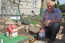 Vláčky v zahradě? U Jiřího Šimkůje z Blanska jezdí už pět let.