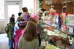 Na padesát druhů zákusků, skoro dvě stovky dortů a velký výběr domácí zmrzliny a cukroví. To všechno najdou zákazníci v cukrárně Severka, která v Blansku stojí už dvaatřicet let.