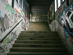 Vystoupat strmé schodiště v železniční stanici Adamov zastávka je pro řadu maminek s kočárky peklo.