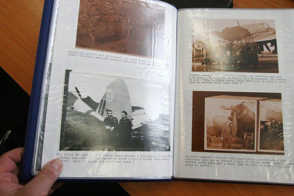 Dvě velmi vzácné knihy doputovaly z Velké Británie do základní školy ve Sloupu. Jsou to  česky psané válečné deníky bývalého příslušníka britského královského letectva (RAF) Zbyška Nečase-Pembertona. Ten část života prožil právě v obci v srdci Moravského