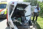Provoz na železnici zablokoval v pondělí dopoledne střet rychlíku a osobního auta na přejezdu ve Svitávce. Řidič na něj podle policistů vjel v době, kdy svítila výstražná světla a zůstal uvězněný mezi závorami.