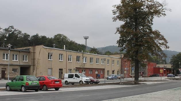 Po více než dvou měsících stavebních úprav otevřeli Blanenští ve středu před nádražím novou bezplatnou parkovací plochu.