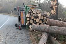 Ve Sloupu se převrátil kamion se dřevem.