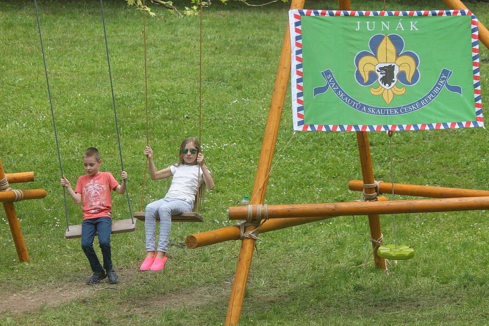 Stánky s pestrou nabídkou volnočasových aktiv. Konference, hudební festival, doprovodný program s řadou vystoupení a dva dny zalité sluncem. To byl letošní BambiFEST, který v pátek a sobotu ovládl zámecký park v Blansku.