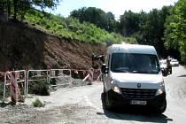 Opravu silnice do okrajové části Blanska, Klepačova, komplikuje padající kamení z okolních svahů. Ty má zajistit opěrná zeď, se kterou se v původním projektu nepočítalo.