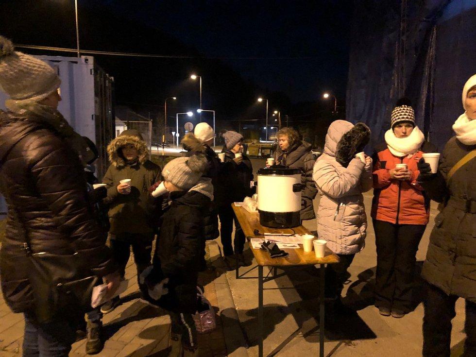 Pohodová atmosféra panovala při premiérovém zpívání koled také v Lažánkách, kde před kulturní dům přišlo třicet lidí. Z toho jedenáct dětí.