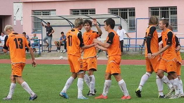Blanenští hráči (v oranžovém) předvedli atraktivní ofenzívní fotbal.
