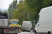 U zemědělského družstva na silnici I/43 u Bořitova bourala v pondělí dvě nákladní a jedno osobní auto.