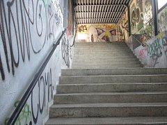 Na vlakové zastávce v Adamově zrušili nájezd. Matky musí tahat kočárky do schodů.