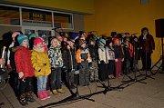 Přes sto lidí si přišlo ve středu v podvečer zazpívat koledy s Deníkem před kulturní dům v Adamově. Společně se souborem Kroužek zpívání pro radost.a dětmi ze Základní školy Adamov.