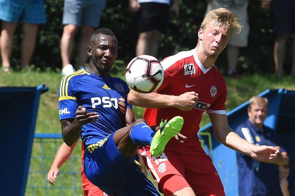 Marek Mach (v červeném) při přípravném zápase v létě 2019 v dresu Zbrojovky Brno.