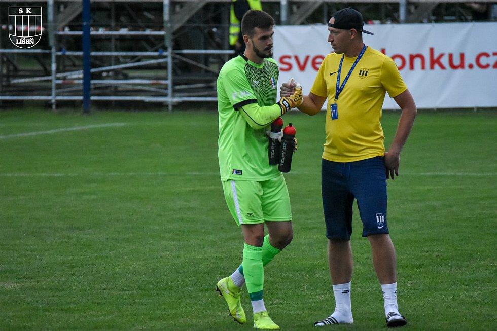 Bývalý líšeňský brankář Pavel Halouska (vlevo) se zdraví s trenérem gólmanů Tomášem Sedmidubským.