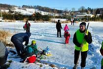 Na rybníku v Hodoníně je už dost pevný led, aby na něj směli bruslaři.