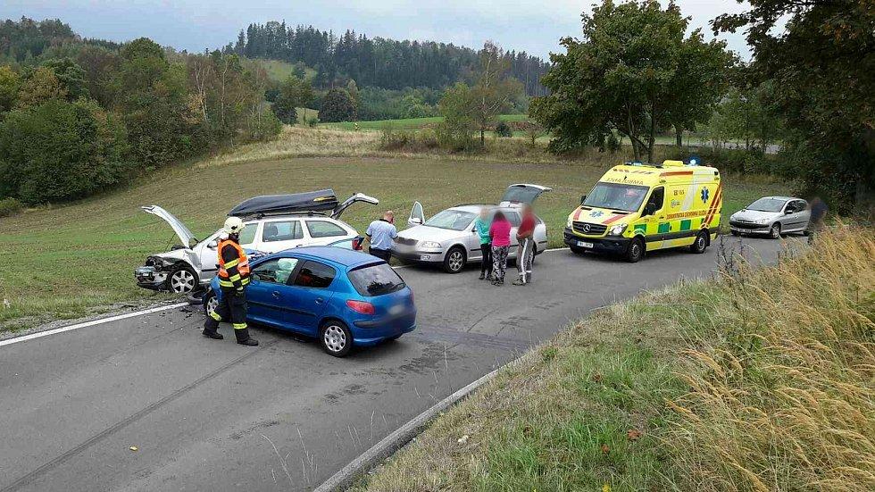 V katastru obce Petrov se čelně srazila dvě osobní auta. FOTO: HZS JMK