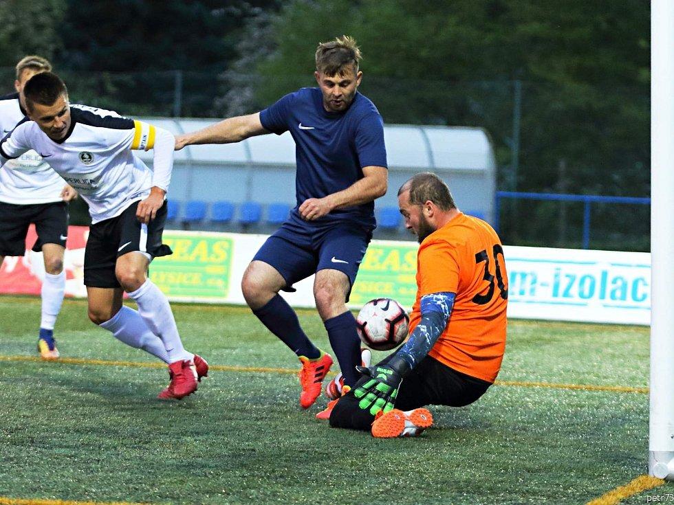 Na vítězství Brna nad Staropramenem Praha v Superlize malého fotbalu správně reagovali hráči Pivovaru ČH Blanensko (bílé dresy). Na domácím hřišti v Boskovicích si s Plzní otevřeli střelnici a zvítězili vysoko 16:3 (8:0).