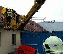 Ve Žďárné zasahovali hasiči. Kvůli úniku kyseliny.