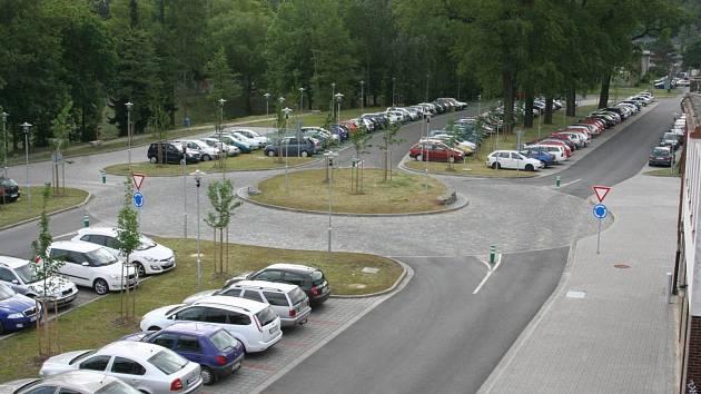 S novým parkovištěm dostalo parkování u nádraží v Blansku řád a prostranství celkově prokouklo.