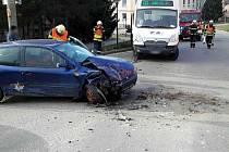 V Lysicích u zdravotního střediska se srazilo auto s autobusem.
