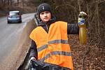 Dobrovolníci sbírali v sobotu odpadky v Moravském krasu na Blanensku. Zaměřili se na okolí silnic. Na snímku úsek mezi Josefovem a Olomučany.