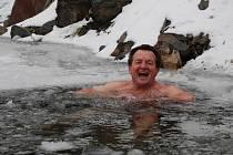 Otužilec Andrej Dzuba se koupe v lomu v Šošůvce.