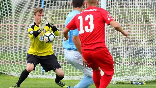 V krajském přeboru remizovali fotbalisté FC Boskovice (modré dresy) se Sokolem Lanžhot 1:1.