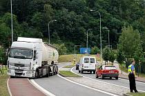 Kruhový objezd v Letovicích zablokoval kamion.