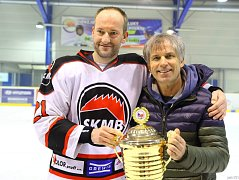 Hrající asistent Tomáš Karný (vlevo) a trenér Svatopluk Vařeka s pohárem pro vítěze krajské hokejové ligy.
