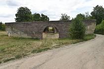Nedokončený dálniční most u Ostopovic.