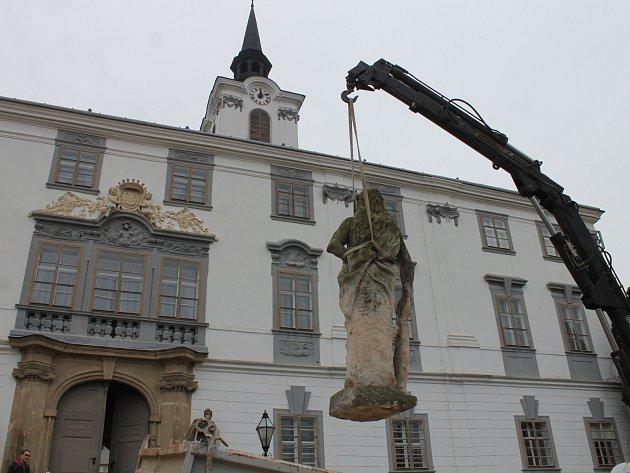 Sochu Herkula si odvezli restaurátoři. Před lysickým zámkem bude opravená stát na jaře.