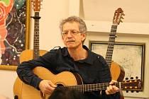 Prostory boskovické Galerie Otakara Kubína rozezněly v neděli odpoledne tóny akustické kytary. A ne jenom jedné. Publiku totiž hned na pět svých oblíbených kytar zahrál různé styly americký kytarista Tony Ackerman.