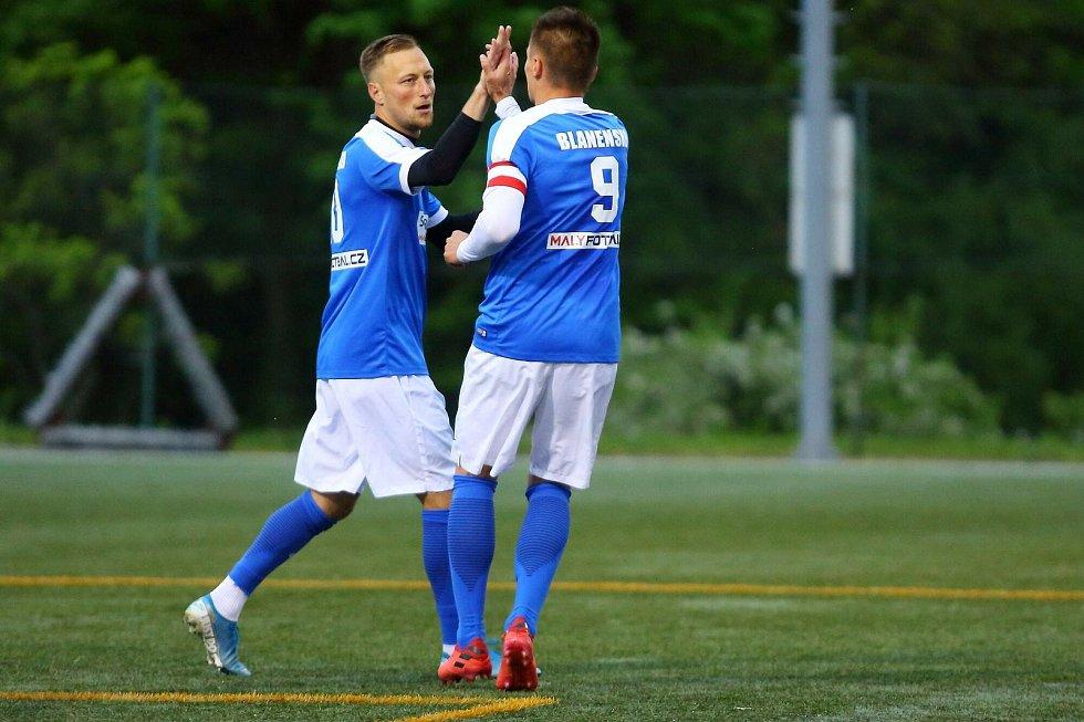 Blanensko (v modrém) v Superlize malého fotbalu dvakrát obrátilo duel s Olomoucí a zajistilo si čtvrtfinále play-off.