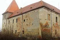 V Jihomoravském kraji chátrá řada památek. Na snímku tvrz v Bošovicích.